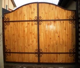 Ворота с кованым каркасом