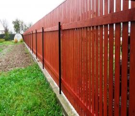 Забор из штакетника с закрытым верхом